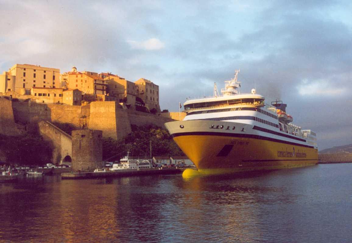Le Mega Express Two à quai au port de Calvi, en partance pour Nice.