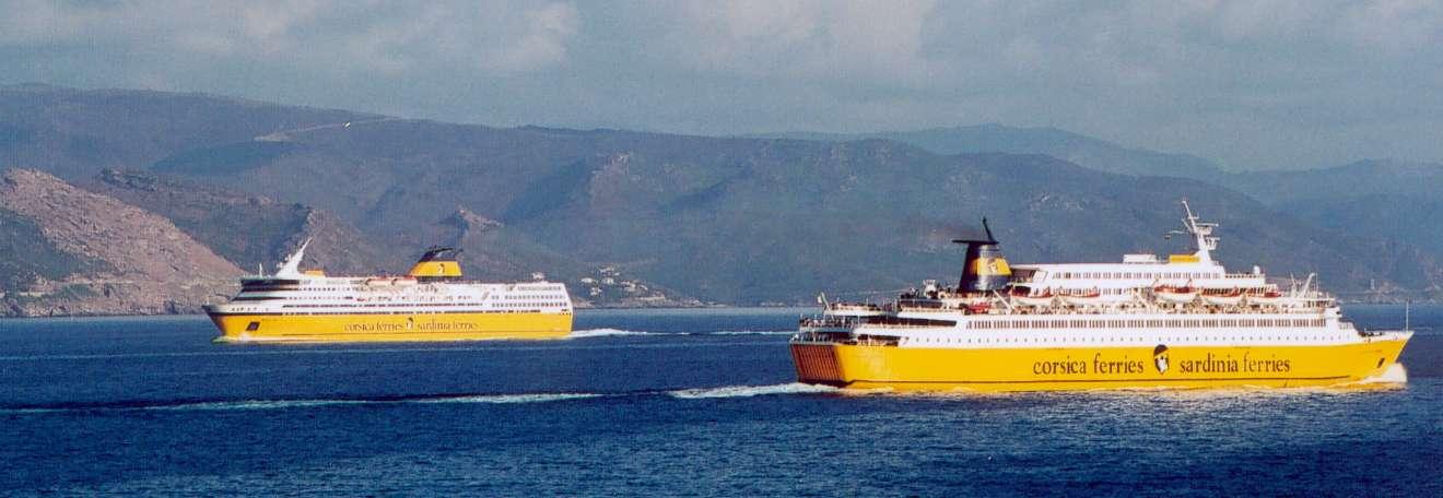 Le Mega Express et le Sardinia Regina en mer le long du Cap Corse.