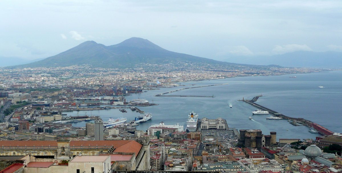 Vue générale du port de Napoli, depuis le Castel Sant'Elmo en avril 2014 avec, au dernier plan, le Vésuve ; photo : Romain Roussel