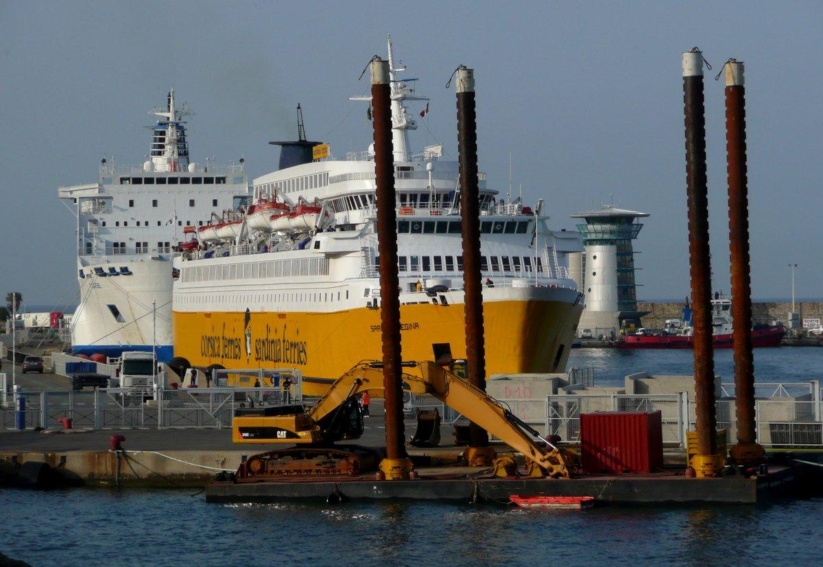 Les travaux au môle Sud début mai 2013 avec, en arrière plan, l'accostage du Sardinia Regina et le Corse à quai