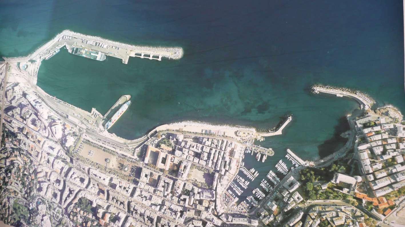 Photo satellite de l'actuel port de commerce de Bastia et du vieux port. A quai, de gauche à droite, les navires Link Trader, Kalliste et Corsica Victoria.