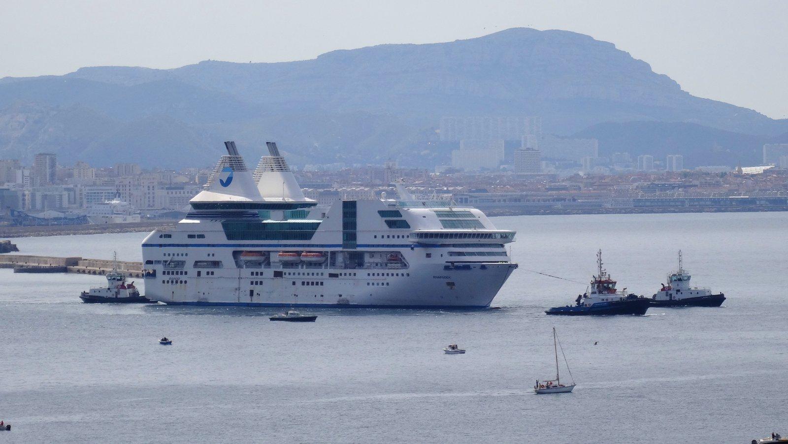 Le départ, à la remorque, du Rhapsody, du port de Marseille, le 8 mai 2014 ; photo : Jean-Pierre Fabre.