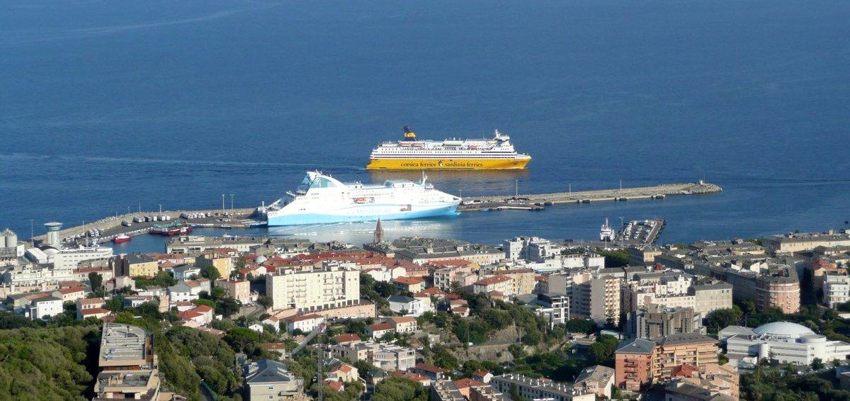 Vue du port de Bastia, depuis Ville di Pietrabugno en 2015. A quai, le Piana (La Méridionale), et à l'arrivée, le Mega Smeralda (Corsica Ferries).