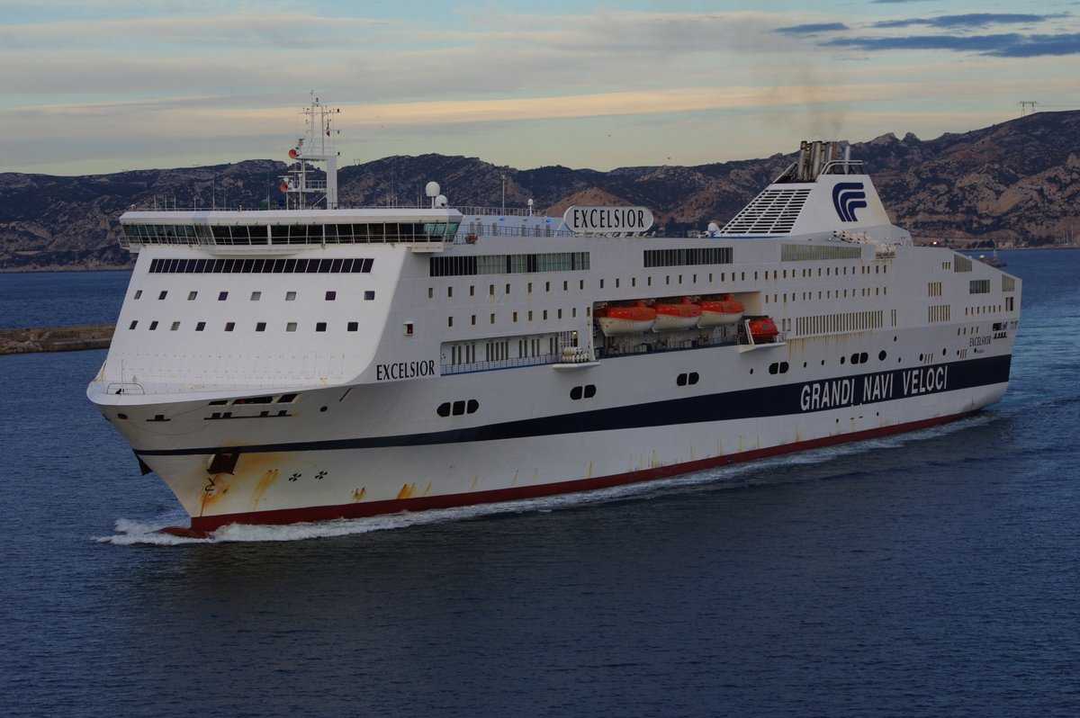 L'Excelsior, encore aux couleurs de Grandi Navi Veloci, lors de son entrée dans le port de Marseille le 4 février 2013 en vue de son affrètement par la SNCM ; photo : Alain Lepigeon.