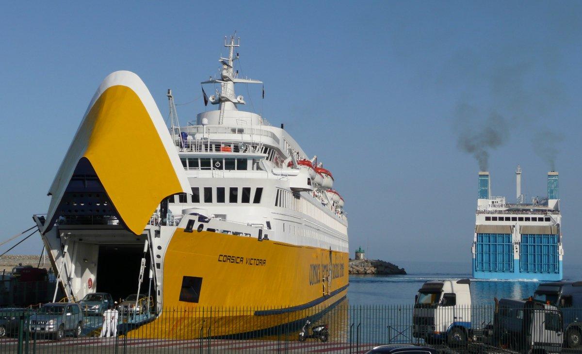 Débarquement du Corsica Victoria, en provenance de Livorno, et départ du Piana pour Marseille (Bastia, août 2012)