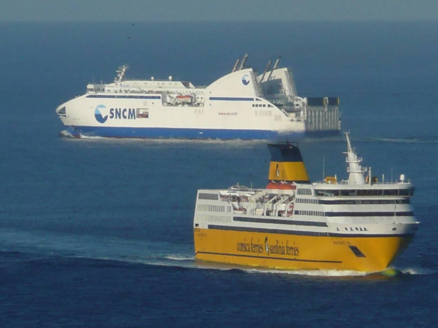 Les Pascal Paoli de la SNCM et Mega Express Two de la Corsica Ferries se croisant en mer au large de Bastia ; photo : Romain Roussel