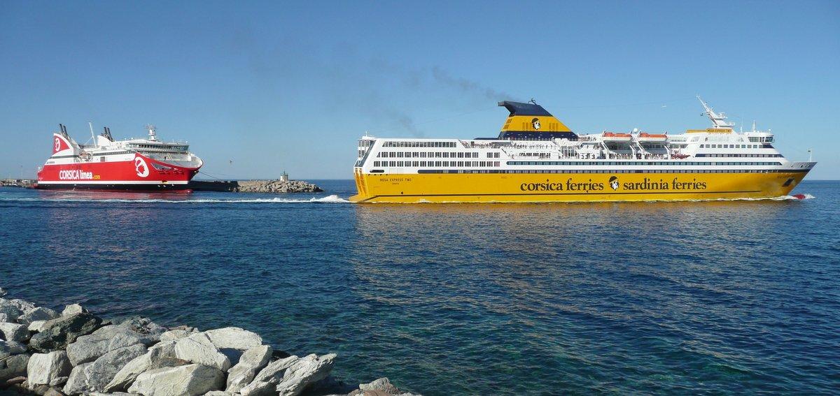 Le départ de Bastia du Mega Express Two de la Corsica Ferries en juillet 2016, avec en arrière-plan le Pascal Paoli de Corsica Linea ; photo : Romain Roussel