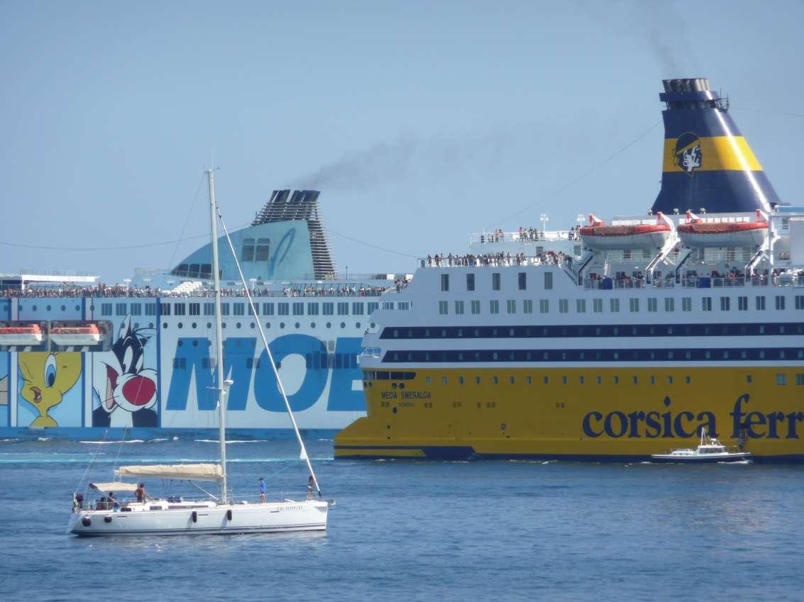 Croisement du Mega Smeralda et du Moby Wonder un jour de pointe d'été, à Bastia