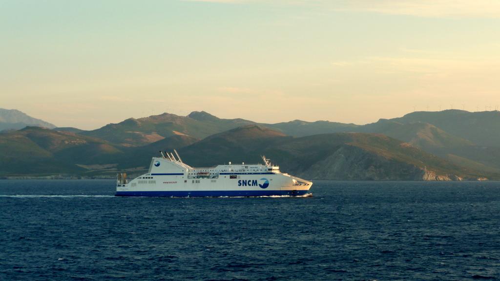 Le Pascal Paoli, au large du Cap Corse, en navigation vers Marseille