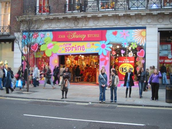 Disney Store dans un état critique DisneyStoreOxfordStreet2-2
