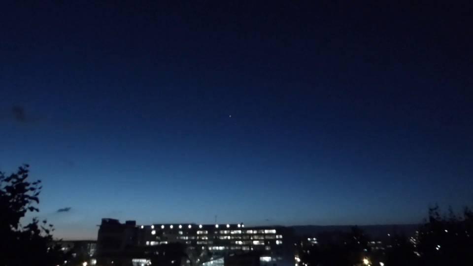 2015: le 09/10 à 20h00 - Boule de feu traversant le ciel -  Ovnis à Paris XV - Paris (dép.75) Extrait_film