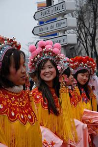 Défilé en costumes traditionnels pour le nouvel an chinois